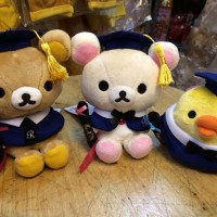 鬆弛熊專門店限定 —福岡店4週年 畢業造型公仔,全3款。