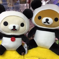 鬆弛熊9月景品 熊貓造型大公仔,全2款。